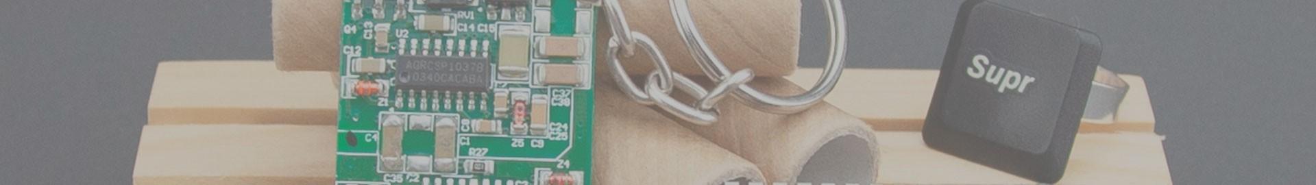 PC Upcycling, complementos hechos con  partes recicladas de pcs anticuados.